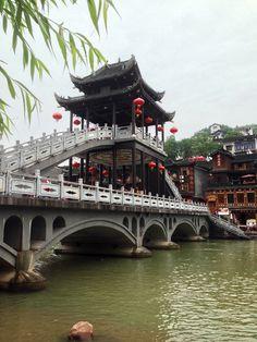 A newer bridge across the river.鳳凰