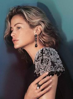 Introducing the Oscar de la Renta Fall 2015 ad campaign featuring iconic American model Carolyn Murphy. The campaign was shot in New York City by photographer David Sims and collaborated creatively on. Carolyn Murphy, David Sims, Fashion Tv, Fashion Models, Fashion Black, Fashion Details, Fashion Women, Couture Allure, Alex White