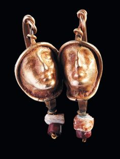 Paire de boucles d'oreilles chacune ornée d'un visage masculin et de pendants. Or et pâte de verre. Art Romain, Ier-IIIe siècle. H_3,8 cm Pair of Roman gold and glass earrings. 1st - 3rd century A.D.… - Pierre Bergé & Associés - 26/05/2011