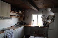 Köket renoverades under sent 90-tal. Det är lite slitet men fullt fungerande. Det är ett lantligt och charmigt kök med trägolv och bjälkar i taket.
