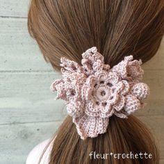 春らしい優しいカラーの鍵編みシュシュです。お花や蕾を装飾し、女の子らしい逸品です❤︎サイズ直径13cm(装飾込み)|ハンドメイド、手作り、手仕事品の通販・販売・購入ならCreema。