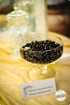 Pistachio nuts and dark chocolate. Ph Emanuele Capoferri http://www.brideinitaly.com/2013/12/capoferri-villa-borghi.html #elegant #italianstyle #wedding