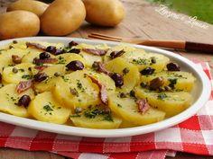 L'insalata di patate è un contorno reso molto appetitoso dal condimento a base di capperi, acciughe, olive e prezzemolo. Si prepara in poche mosse.