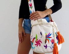 Mayan Morral Bag tassel by Otomiartesanal. Maya, Bag Crochet, Embroidery Techniques, Hand Knitting, Etsy, African Fashion, Tassel, Craft Ideas, Templates