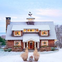 Along Narragansett Bay, in the character-ridden New England town of Bristol, Rhode Island, enters a sweet, snowy cottage.