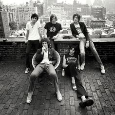 See The Strokes pictures, photo shoots, and listen online to the latest music. Rock Band Photos, Band Pictures, Julian Casablancas, The Strokes, Indie Music, Music Icon, Art Music, Nick Valensi, Poses
