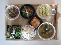 2011년 12월 13일 화요일 그때그때밥상 입니다. 멸치볶음, 브로콜리새송이볶음, 채소계란말이 샐러드와 김치, 현미밥에 제철배추를 듬뿍넣어 순하게 끓인 된장국입니다.
