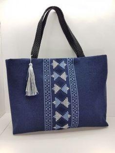 Τσάντες: Υφαντή τσάντα ώμου με κέντημα γεωμετρικών μοτίβων | Υφάδι - Εργαστήρι Παραδοσιακής Φορεσιάς Embroidery Works, Tote Bag, String Art, Blouse Designs, Sewing Patterns, Shoulder Bag, Stylish, Handmade, Crafts