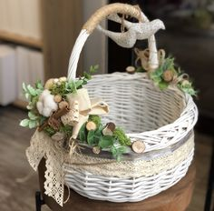 Canastas decoradas Handmade Home, Handmade Christmas, Easter Baskets, Gift Baskets, Diy And Crafts, Crafts For Kids, Wedding Gift Wrapping, Shabby Chic Baby Shower, Newspaper Crafts