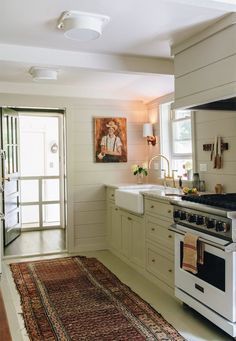 Mountain Cottage: An English Cottage with Simple Traditional Interior and A Lot … - Mountain Kitchen Decor Cottage Design, House Design, Garden Design, Mountain Cottage, Beautiful Home Designs, Traditional Interior, Traditional Kitchen, Country Style Homes, Kitchen