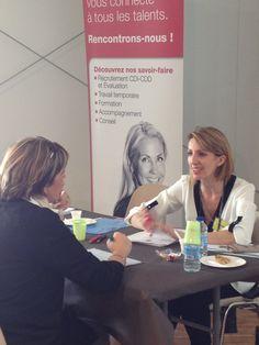 A droite, Céline BLENNER (Chargée de recrutement Toulon Tertiaire) avec une candidate