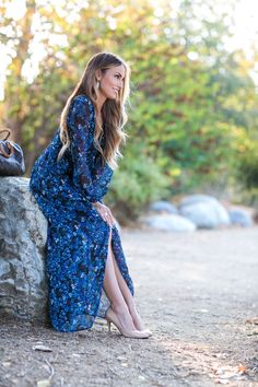 Perfect blue floral print maxi dress for fall. Plus talking about what bra to wear with low-cut tops and open backs and the importance of nude heels. #HelloGorgeous