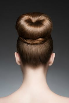 The top knot bun is one of the hottest hairstyles this year. It's the perfect festival hair and will be extremely trendy this summer. Seen on celebrities like Vanessa Hudgens. Top Knot, Knot Bun, High Bun Hairstyles, Wedding Hairstyles, Hot Hair Styles, Natural Hair Styles, How To Bun, Perfect Bun, Elegant Bun