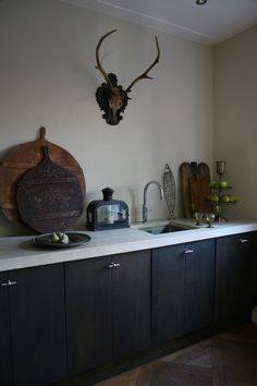 Zwarte matte kasten met 1 verticale groef, klassieke knopjes, betonblad
