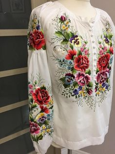 Embroidery On Kurtis, Kurti Embroidery Design, Embroidery Neck Designs, Shirt Embroidery, Embroidery Fashion, Embroidered Clothes, Embroidered Blouse, Mode Russe, Mexican Blouse