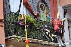 """El dragón del balcón llamó la atención a los visitantes. Este año las Fiestas de Gracia se llenaron de actividades en su mayor parte con carácter artesano, gourmet y con un marcado espíritu """"de barrio"""", emulando al de los propios vecinos."""