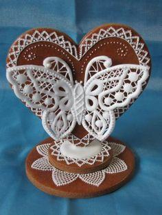 Neskutočne jemná práca! Medovníkové srdce s motýľom. This is stunning! So beautiful and precious work! It´s gingerbread with icing. Can you believe it?
