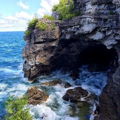 17 Breathtaking Ontario Hikes To Do This Summer The Grotto in Bruce National Park at Tobermory. These waters are the dividing line between Lake Huron and Georgian Bay. Camping Hacks, Camping And Hiking, Hiking Trails, Outdoor Camping, Backpacking, New Travel, Canada Travel, Places To Travel, Places To Visit
