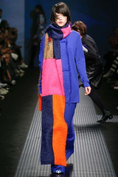 See all the Collection photos from MSGM Autumn/Winter 2015 Ready-To-Wear now on British Vogue Vogue Fashion, Fashion 2017, Runway Fashion, High Fashion, Fashion Show, Womens Fashion, Fashion Design, Fashion Trends, Purple Fashion