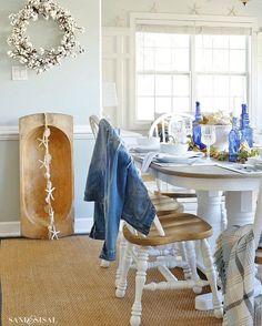 Cozy, coastal, casual, Sunday dinner vibes • • • • •#cottonwreath #diningtable #fallinspiration #falldecor #blueandwhite #wowusweekends #coastalhome #comfortgray #weatheredoak #calmsimplesundays #sundaysimpleliving