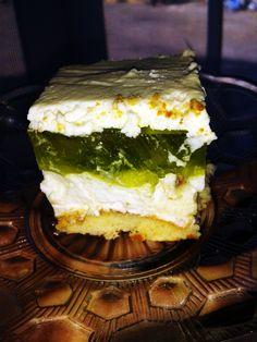 Ciasto na bazie jogurtu greckiego z dodatkiem rodzynek i winogron jest idealnym rozwiązaniem na szybki i lekki deser. Wyśmienitego smaku dodają galaretki o dwóch smakach i bita śmietana. My Favorite Food, Favorite Recipes, My Favorite Things, Sweets Cake, Cheesecakes, Ale, Cake Recipes, Sandwiches, Food And Drink