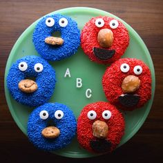 Turn veggies into fun bug snacks. via approved healthy snacks! Turn veggies into fun bug snacks. Cookie Monster Cupcakes, Panda Cupcakes, Delicious Desserts, Yummy Food, Delicious Donuts, Tasty, Decoration Patisserie, Donut Decorations, Food Crafts