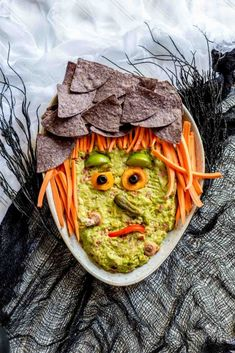 Spooky Guacamole Halloween Appetizers GUACAMOLE APPETIZER FOR HALLOWEEN! Recipe for guacamole spiderweb and guacamole witch. Perfect appetizers for your Halloween party. Get this yummy guacamole recipe right now! Entree Halloween, Halloween Appetizers, Healthy Halloween, Halloween Food For Party, Halloween Recipe, Halloween Treats, Witch Party, Halloween Foods, Halloween Stuff