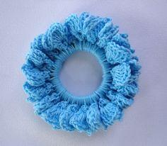 Crochet Hair Scrunchie made with smaller gauge yarn and crochet hook. Crochet Hair Scrunchie made with smaller gauge yarn. Crochet Gratis, Crochet Diy, Crochet Hooks, Tutorial Crochet, Crochet Stitch, Simple Crochet, Crochet Round, Slip Stitch, Double Crochet
