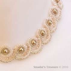 Kristallen und Perlen Choker Halskette in Creme Gold und Pearl Embroidery, Bead Embroidery Patterns, Beading Patterns, Bead Jewellery, Beaded Jewelry, Jewelery, Pearl Choker Necklace, Beaded Necklace, Beaded Bracelets