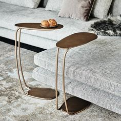 If it's true that a side table should be useful, it's also true that it's an important part of your decor. Don't forget that it should combine well with the rest of your decor. Unique Furniture, Contemporary Furniture, Bauhaus Art, Home Coffee Tables, Privacy Panels, 230, Design Studio, Center Table, Wood Veneer