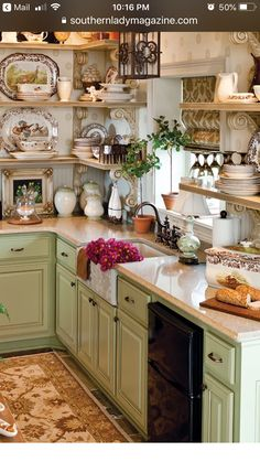 Rural Splendor - Southern Woman Journal 23 Charming Cottage Kitchen Design and Adorning Concepts that Will Convey Coziness to Your Dwelling You don't . Cocina Shabby Chic, Shabby Chic Homes, Shabby Chic Decor, Shabby Cottage, Cottage Chic, Country Cottage Decorating, Shabby Chic Kitchen Shelves, Shabby Chic Bookcase, Cottage Style Decor