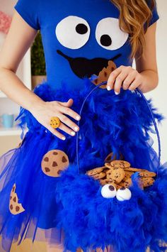 The Joy of Fashion: {Halloween}: Cute Homemade Cookie Monster Costume Costume Halloween, Halloween Diy Kostüm, Cookie Monster Halloween Costume, Halloween Bonito, Cookie Costume, Homemade Halloween Costumes, Halloween Outfits, Diy Costumes, Halloween Couples