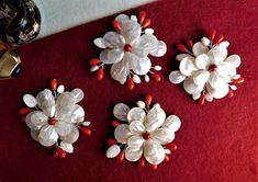 Compoziția florală este confecționată dintr-o floricică din sidef cu petale duble, mărgele, dropuri de coral roșu, frunze de sidef, sârmă modelatoare argintată. Brooch, Jewelry, Bijoux, Jewlery, Brooches, Schmuck, Jewerly, Jewels, Jewelery