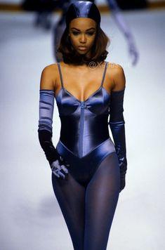 — Tyra Banks walking for Karl Lagerfeld Fashion Killa, Look Fashion, 90s Fashion, Couture Fashion, Runway Fashion, High Fashion, Fashion Show, Vintage Fashion, Fashion Outfits