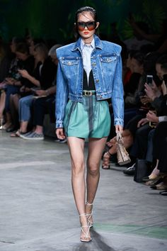 Return of the cropped denim jacket. Versace Spring 2020 Ready-to-Wear Fashion Show Collection: See the complete Versace Spring 2020 Ready-to-Wear collection. Look 15 2020 Fashion Trends, Fashion Week, Star Fashion, High Fashion, Versace Fashion, Runway Fashion, Versace Versace, Milan Fashion, Cropped Denim Jacket Outfit