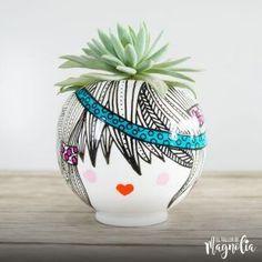 Suculentas Grandes – El Taller de Magnolia Flower Pot Art, Flower Pot Crafts, Flower Pots, Flowers, Diy Flower, Head Planters, Ceramic Planters, Pottery Painting, Diy Painting