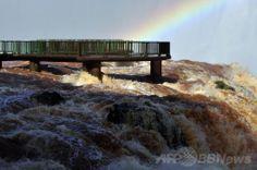 南米ブラジルのフォス・ド・イグアス(Foz do Iguacu)で、豪雨で増水した世界遺産「イグアスの滝(Iguazu Falls)」にかかる虹(2014年6月12日撮影)。(c)AFP/Norberto Duarte ▼13Jun2014AFP|濁流にかかる虹、ブラジル・イグアスの滝 http://www.afpbb.com/articles/-/3017614 #Iguazu_Falls #Rainbow #Arco_iris #Arc_en_ciel #Regenbogen #Pelangi #Regenboog #Tecza #Gokkusagi