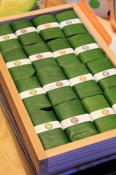 塩荘の笹すし  ウーマンエキサイト みんなの投稿 Organic Packaging, Honey Packaging, Tea Packaging, Food Packaging Design, Packaging Design Inspiration, Thai Dessert, Asian Desserts, Indonesian Food, Food Industry