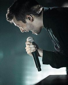Tyler døn't eat the mic Twenty One Pilots, Joshua William Dun, Joshua Dun, Tyler Joseph Josh Dun, Tyler Joesph, Pierce The Veil, Staying Alive, Drawing Tips, Drawing Drawing