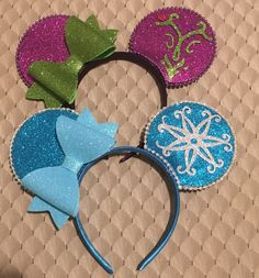 Elsa and Anna mouse ears in the new side bow style. Ears are made of light weight foam with a glittering surface. Diy Disney Ears, Disney Mouse Ears, Disney Diy, Disney Crafts, Mickey Mouse House, Mickey Minnie Mouse, Mickey Ears, Disney Outfits, Disney Shirts