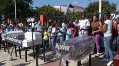 Pastor Pablo Ureña protesta con 14 cajas de muertos frente al hospital Arturo Grullón de Santiago