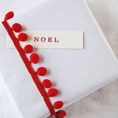 Paquet cadeau Noël kraft blanc galon pompon rouge