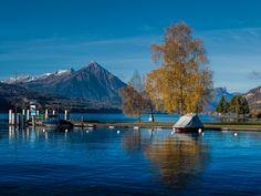 Interlaken Im Berner Oberland herrscht am Samstag Postkartenwetter by Peter Beutler / Niesen und Thunersee, November 2015