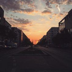 Feierabend Kitsch Klischee #Berlin #friedrichshain #sundown #karlmarxallee #feinerfeierabend #architecture