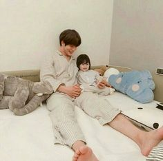 Trendy Baby And Daddy Ulzzang 20 Ideas Cute Asian Babies, Korean Babies, Asian Kids, Cute Babies, Father And Baby, Dad Baby, Cute Family, Family Goals, Couple With Baby