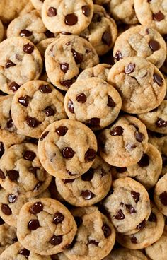Chocolate Chip Cookies A Chocolate Chip Cookie Secret You Want to Know Chocolate Chip Cookies. Everybody wants to achieve perfection when baking chocolate chip cookies. Wallpaper Tumblrs, Food Wallpaper, Mini Cookies, Chocolate Chip Cookies, Dessert Chocolate, Delicious Desserts, Dessert Recipes, Yummy Food, Cute Food
