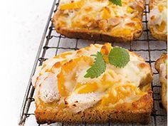 Iltapalapöytään on ihana nostaa rapeita toasteja tai iki-ihania retrosuosikkeja, juustolla kuorrutettuja lämpimiä voileipiä.