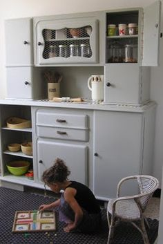 How to revamp a piece of furniture 60s Furniture, Kitchen Furniture, Furniture Design, Kitchen Cabinets And Cupboards, Kitchen Larder, Vintage Buffet, Vintage Kitchen Decor, Interior Design History, Pantry Laundry Room