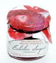 PRUNA VERMELLA:  Collida en el seu punt de maduresa, la pruna vermella te un aroma excel·lent. En ser cuita en el punt de trituració adequat, aquesta fruita agafa un color morat altament atractiu, conseqüència de la alliberació dels antocians, que combinat amb el seu excel·lent aroma i un punt de llimona, fan d'aquesta melmelada un producte deliciós.