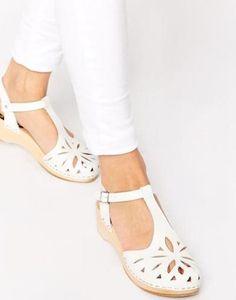 Swedish Hasbeens Sandalias blancas de tacón medio Debutant Lacy Blanco #sandals #covetme #Swedish Hasbeens
